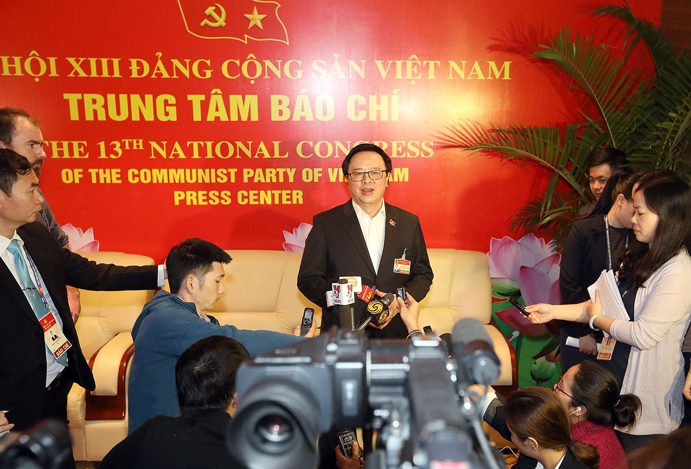 Delegates grant interviews to press on sidelines of Party Congress hinh anh 1