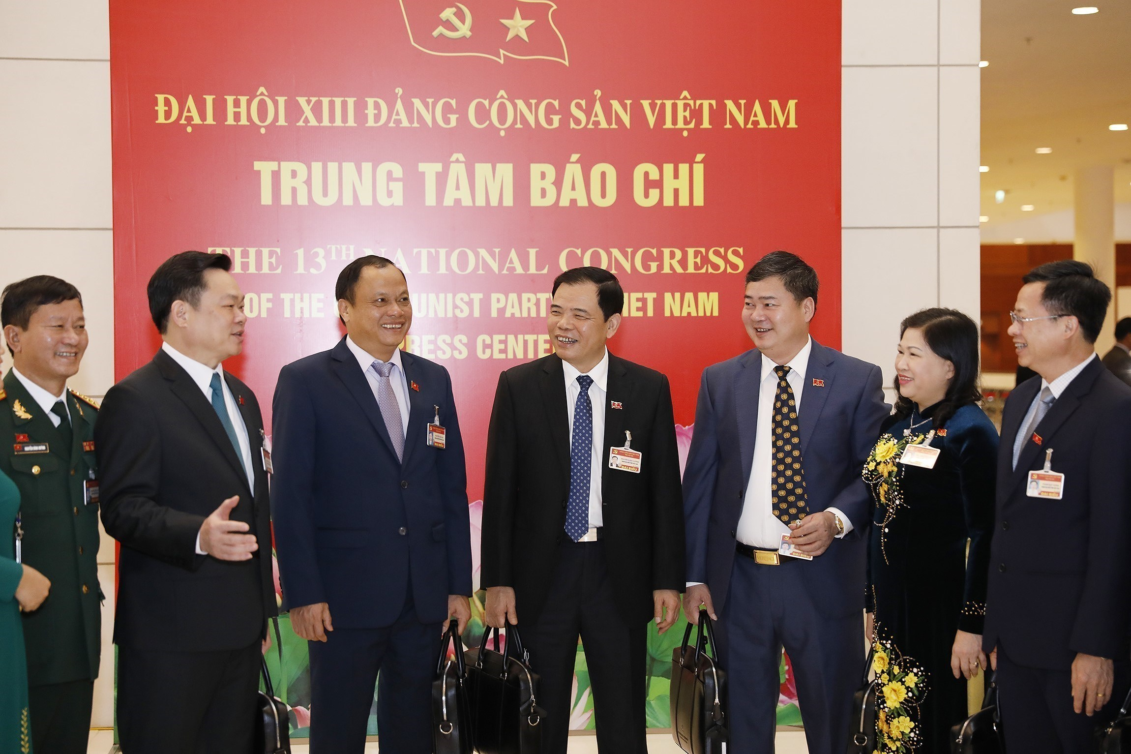Congress delegates discuss documents on third working day hinh anh 1