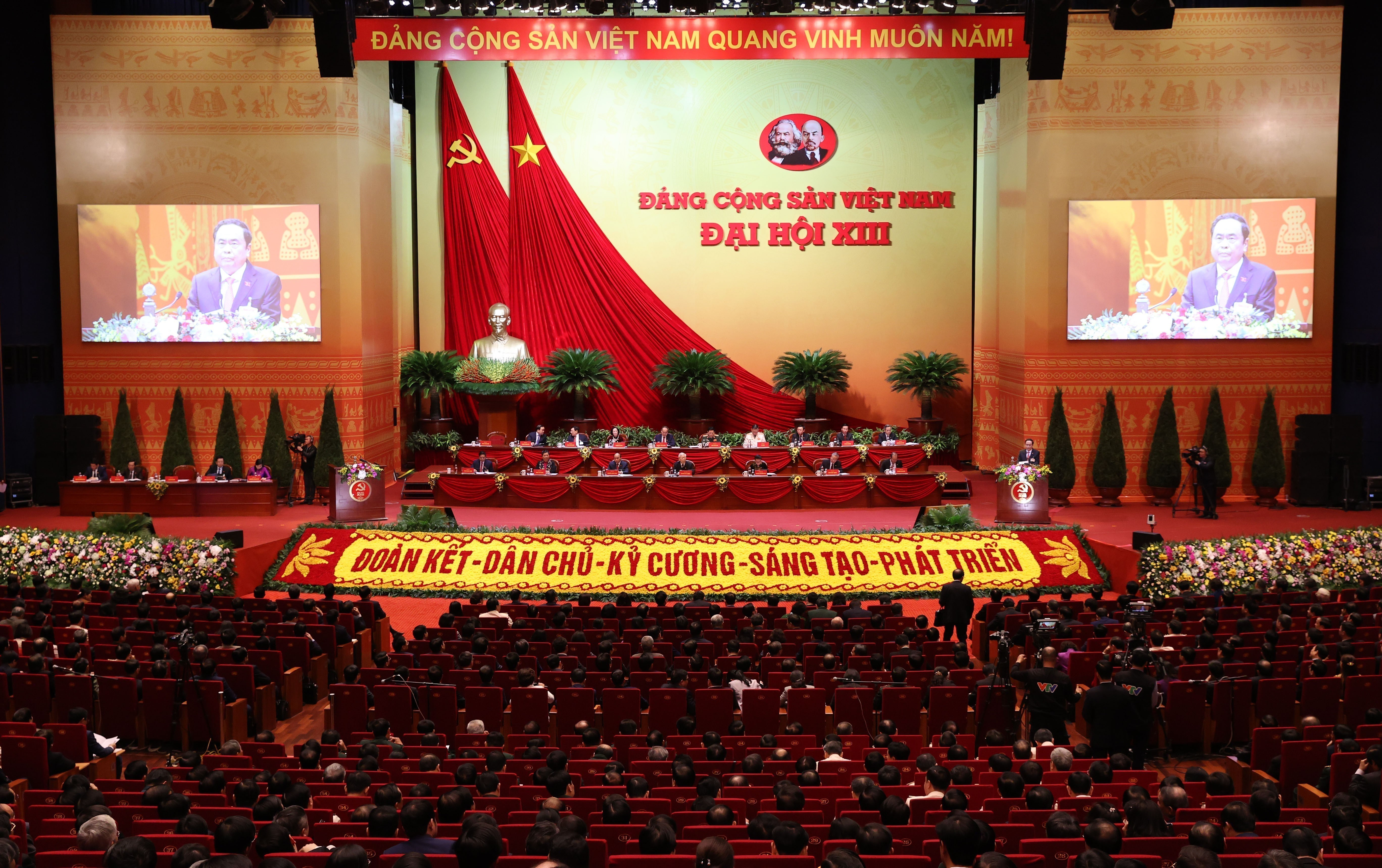 Congress delegates discuss documents on third working day hinh anh 9