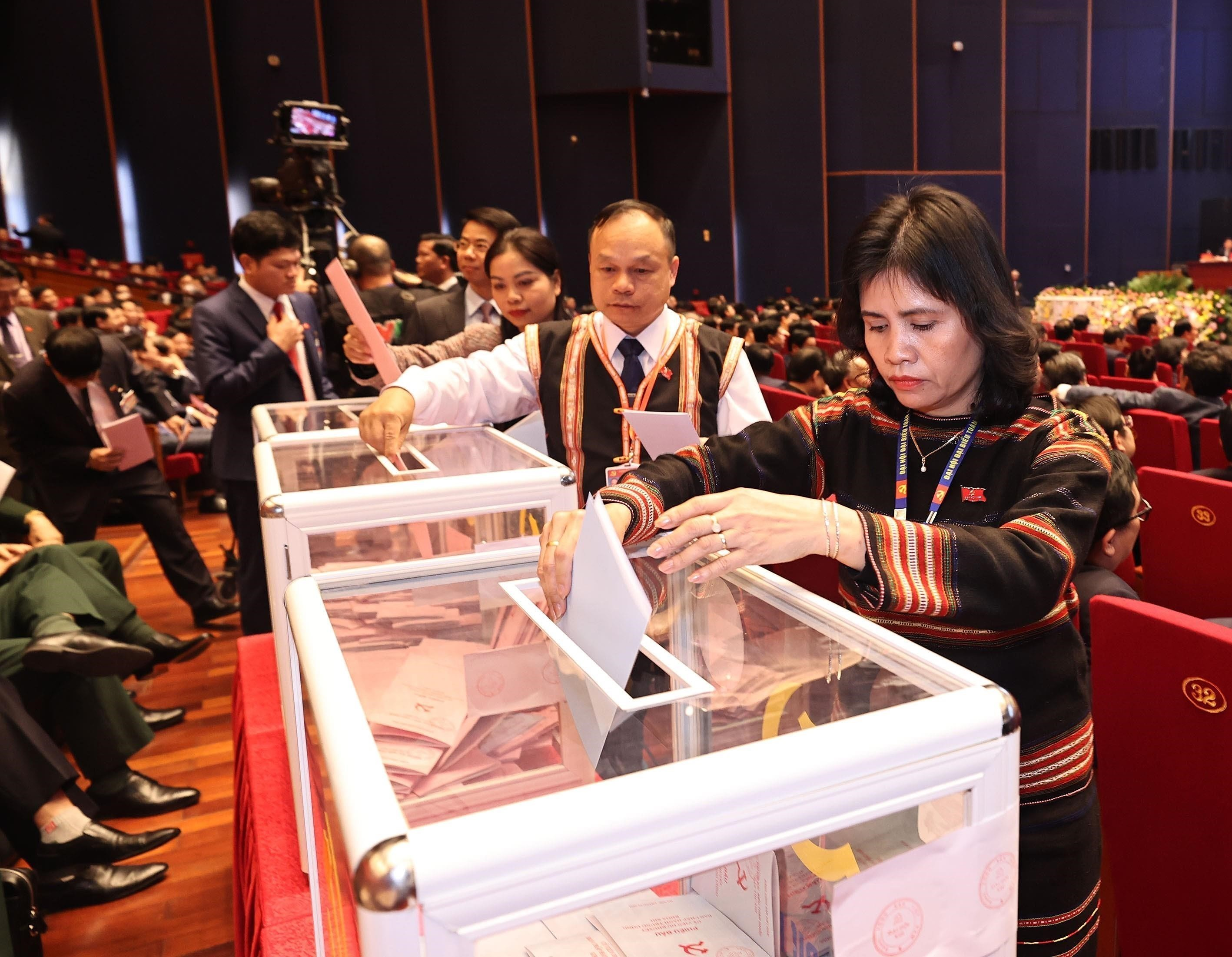 Congress conducts voting on 13th tenure Party Central Committee members hinh anh 3