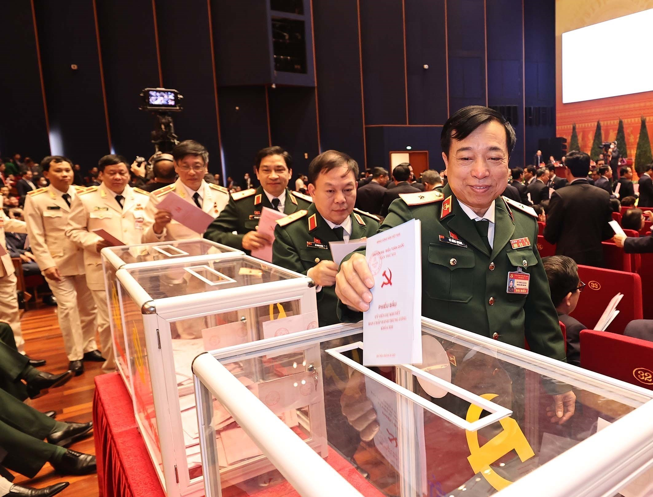 Congress conducts voting on 13th tenure Party Central Committee members hinh anh 5