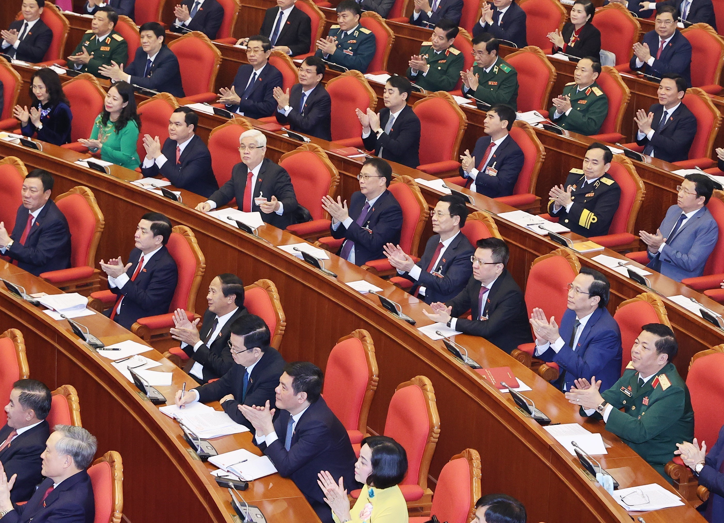 13th Party Central Committee convenes first plenum hinh anh 9