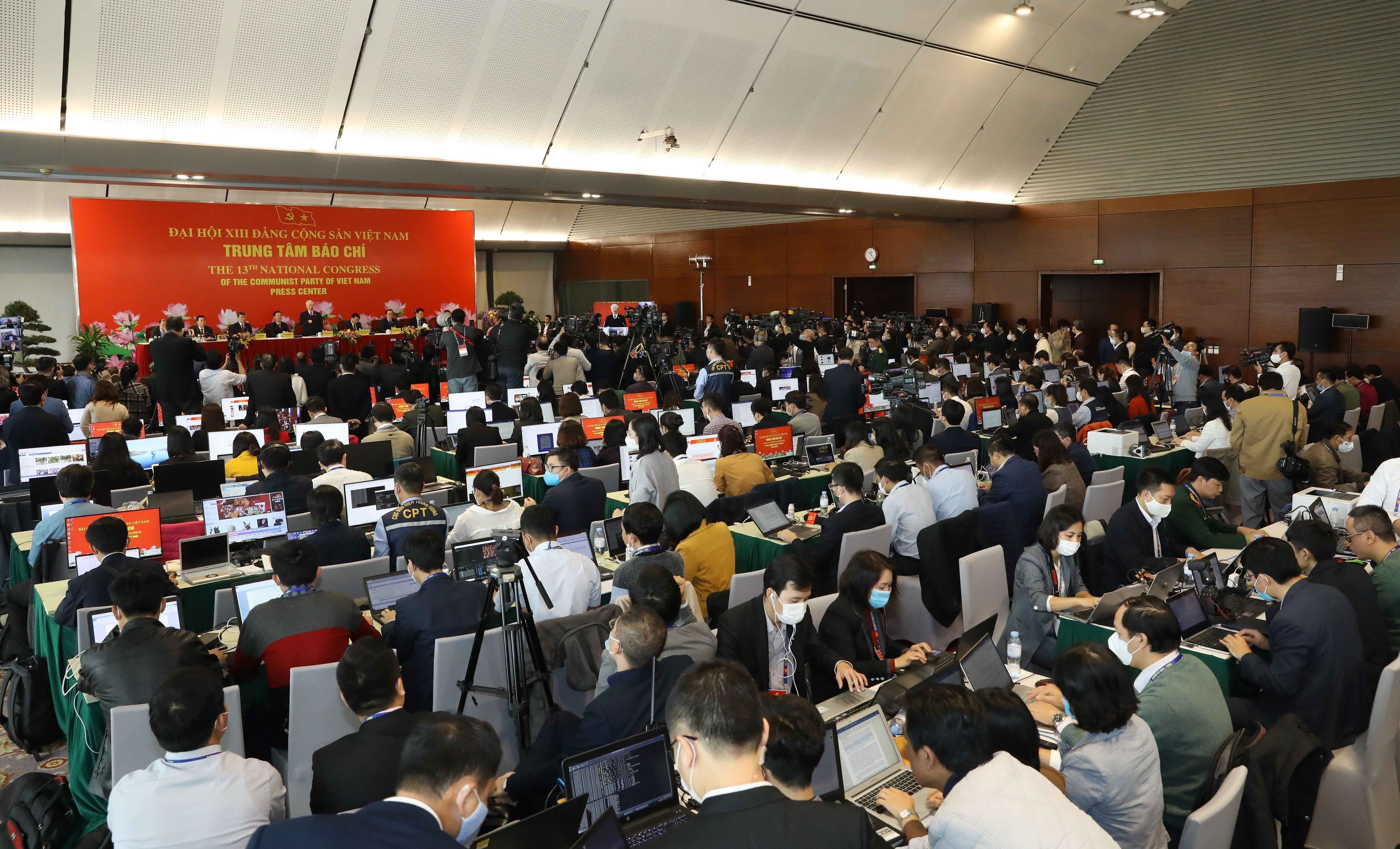 Party General Secretary hosts press briefing on congress's success hinh anh 4