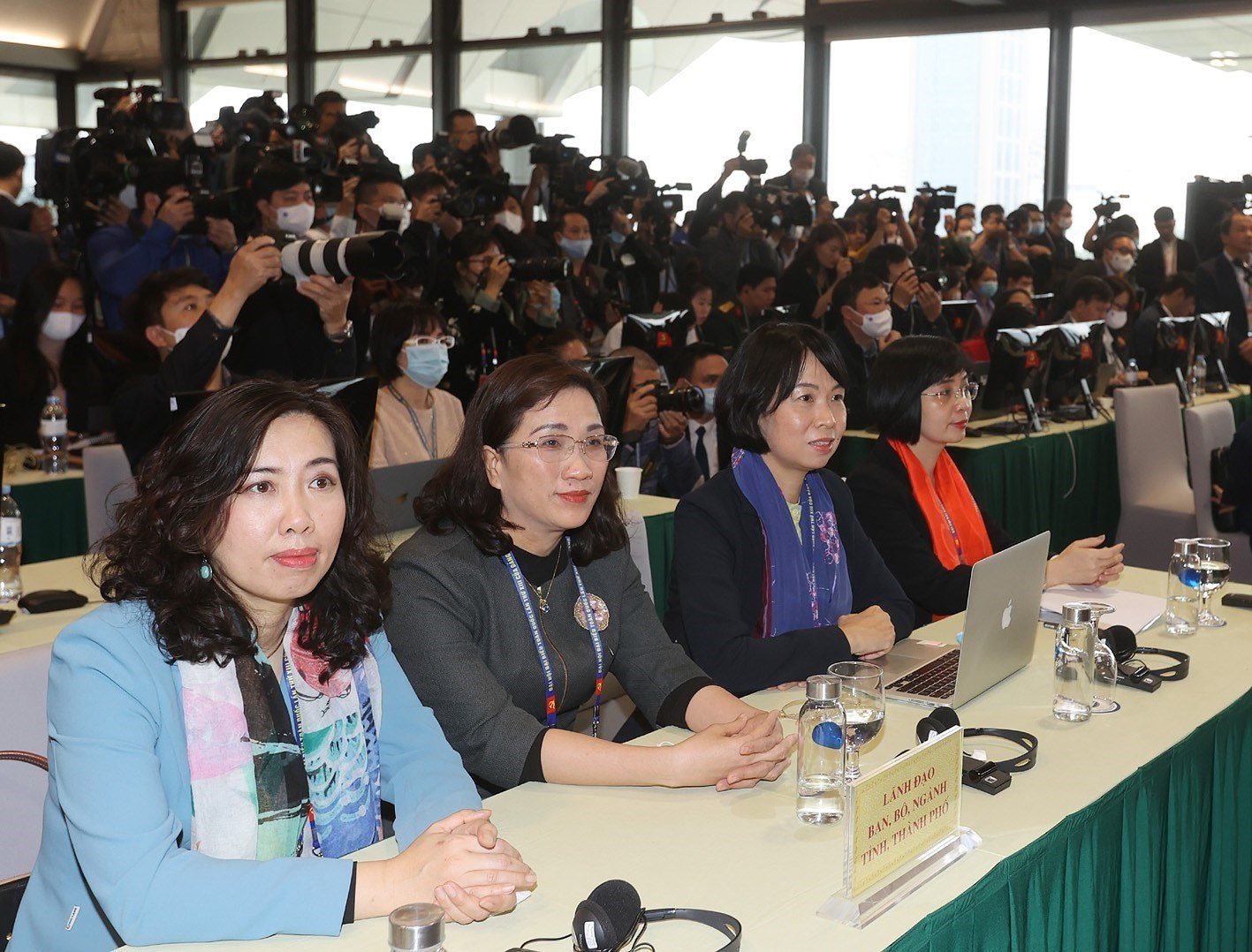 Party General Secretary hosts press briefing on congress's success hinh anh 7
