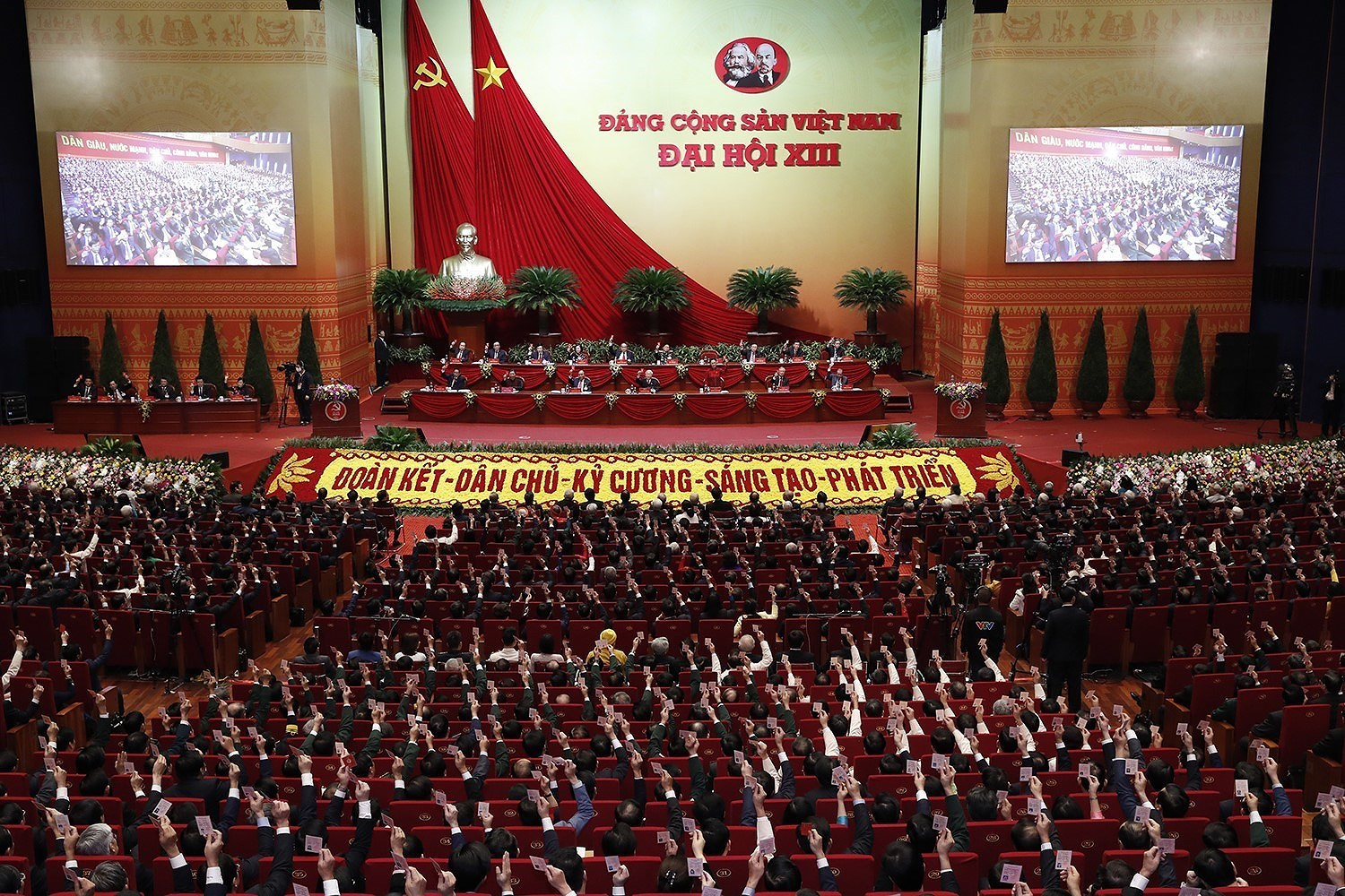 Newly-elected Party Central Committee makes debut hinh anh 3