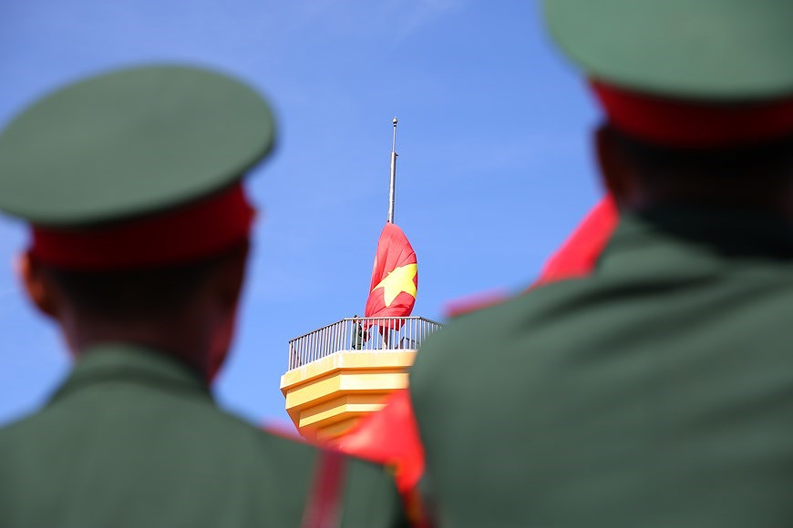 Flag-raising ceremony on Ly Son island hinh anh 4