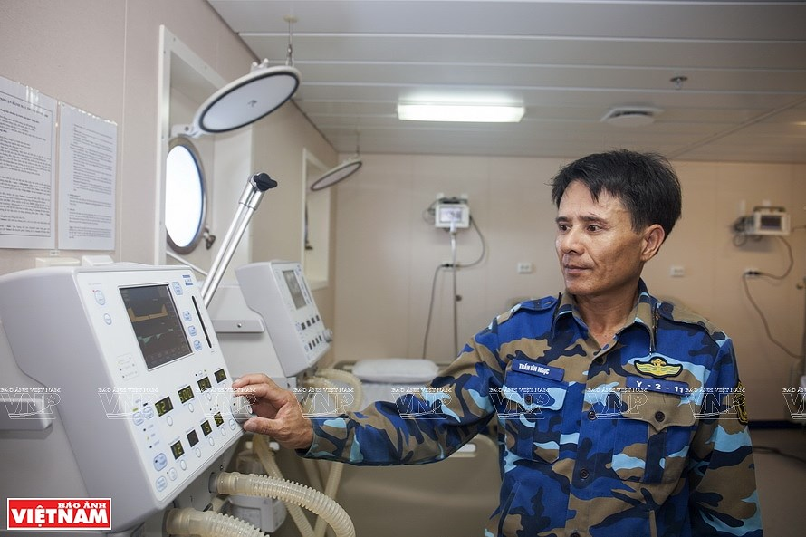 Mobile military hospital at East Sea hinh anh 6