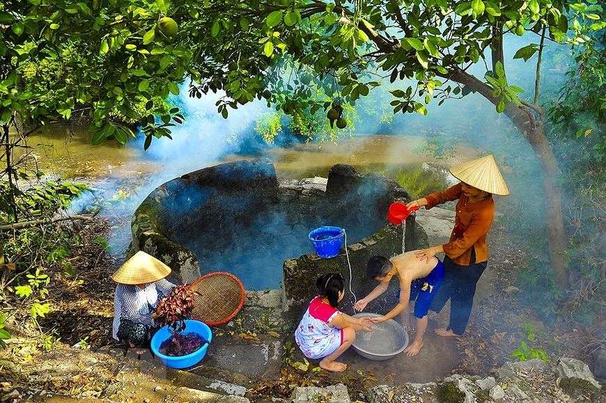 Ancient village well in Hoa Lu former imperial city hinh anh 2