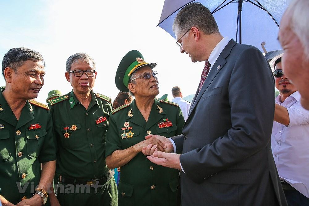 Vietnam, US war veterans meet on Ham Rong Bridge hinh anh 10