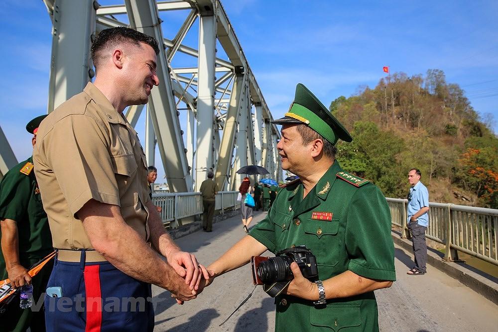 Vietnam, US war veterans meet on Ham Rong Bridge hinh anh 11