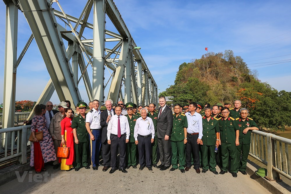 Vietnam, US war veterans meet on Ham Rong Bridge hinh anh 12