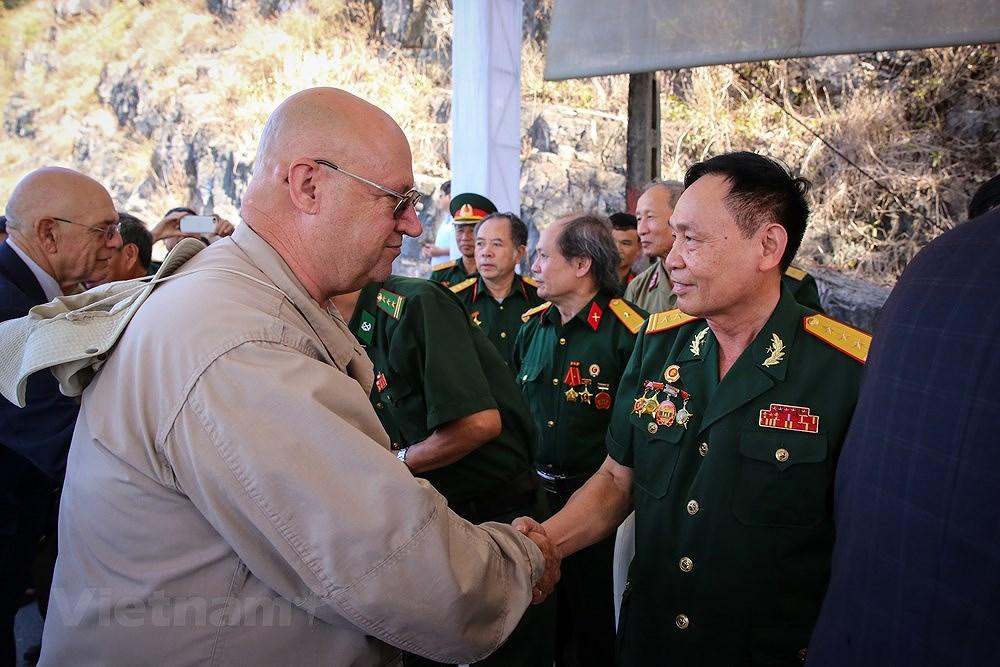 Vietnam, US war veterans meet on Ham Rong Bridge hinh anh 5