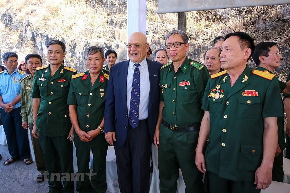 Vietnam, US war veterans meet on Ham Rong Bridge hinh anh 7