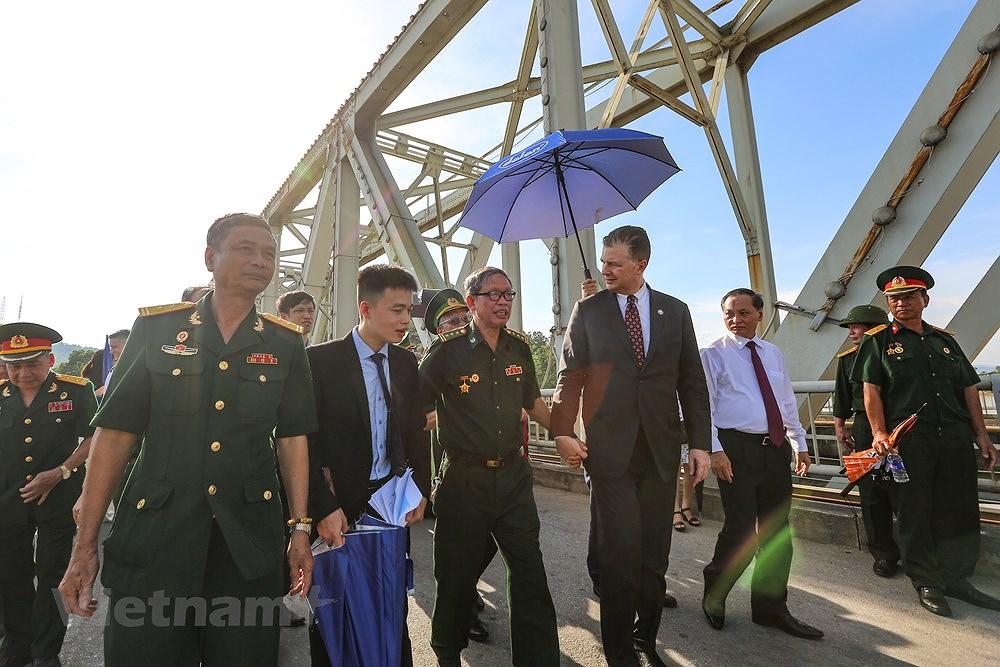 Vietnam, US war veterans meet on Ham Rong Bridge hinh anh 9