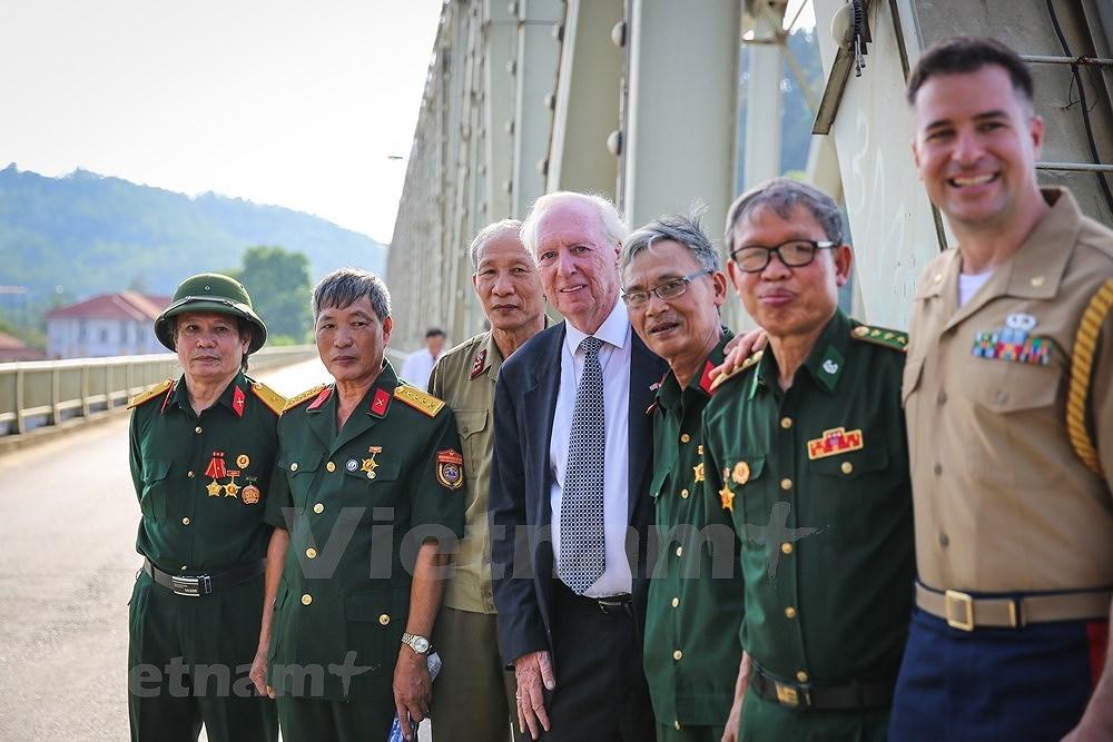 Vietnam, US war veterans meet on Ham Rong Bridge hinh anh 13