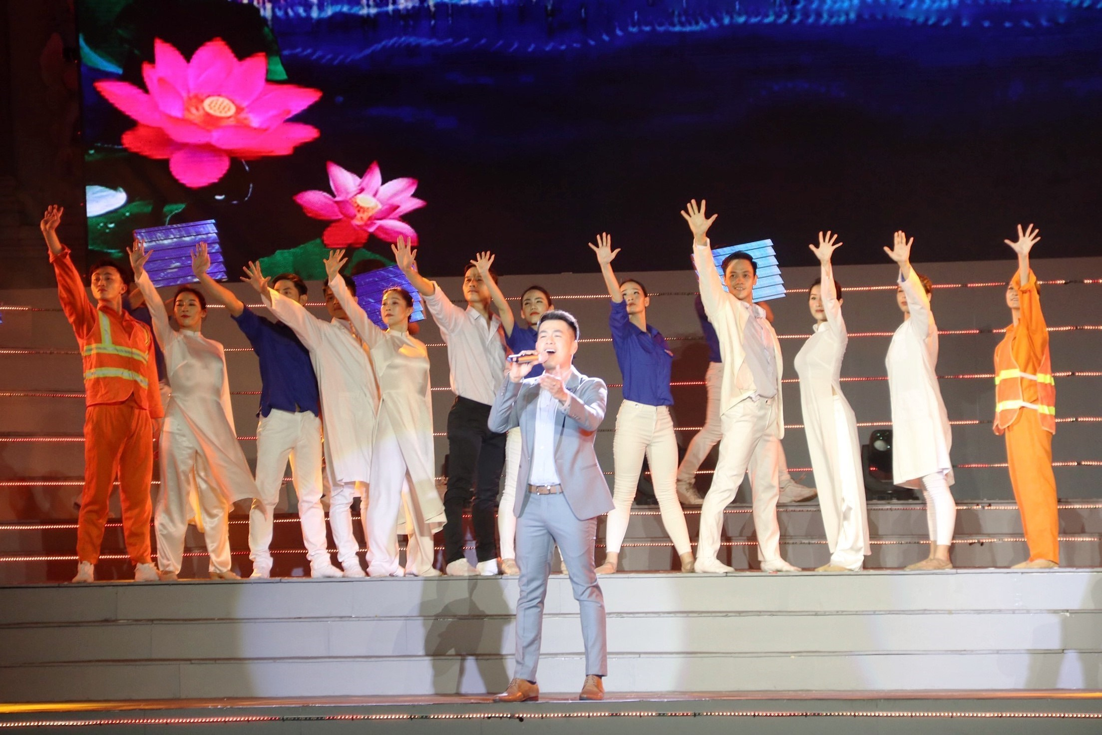 Arts performance celebrates Party founding anniversary hinh anh 4