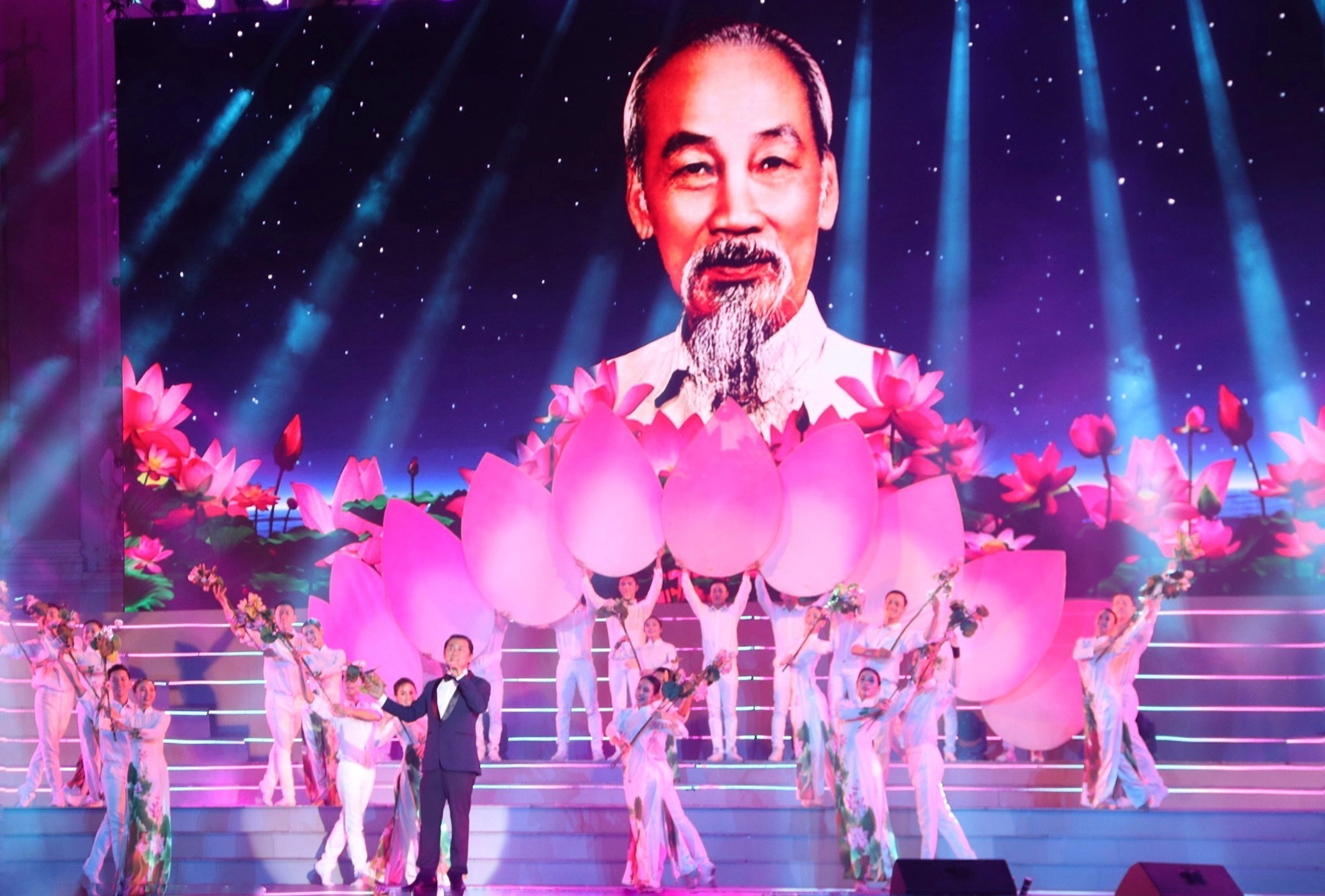 Arts performance celebrates Party founding anniversary hinh anh 5