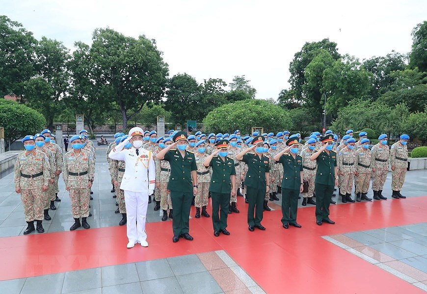 Staff of Level-2 Field Hospital No.2 pay homage to Uncle Ho hinh anh 1