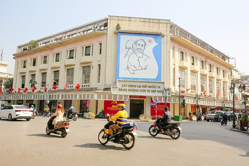 """Hanoi wears """"new coat"""" to welcome 13th National Party Congress hinh anh 1"""
