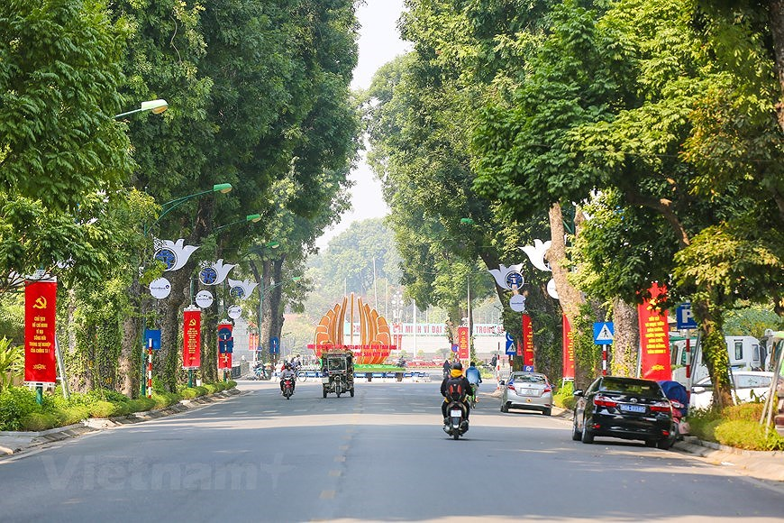 """Hanoi wears """"new coat"""" to welcome 13th National Party Congress hinh anh 11"""