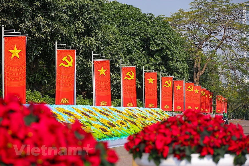 """Hanoi wears """"new coat"""" to welcome 13th National Party Congress hinh anh 27"""