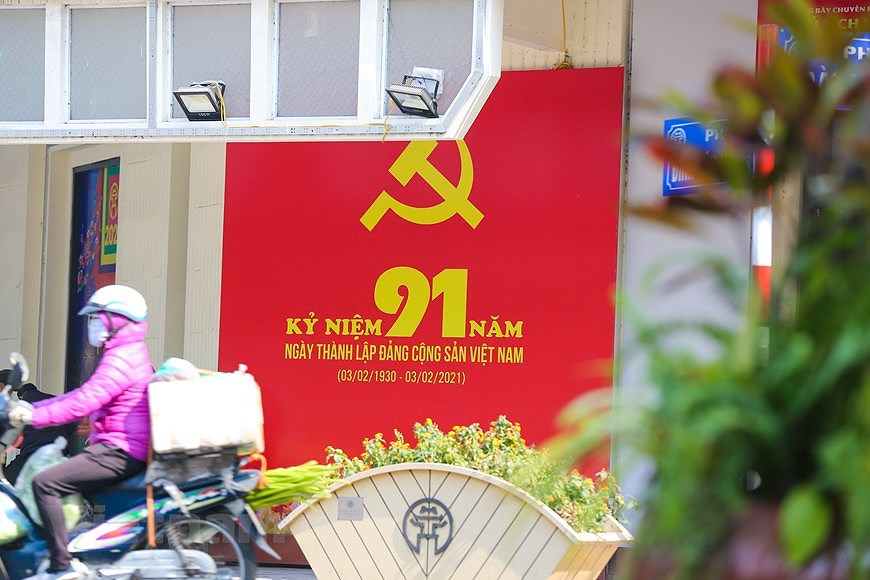 """Hanoi wears """"new coat"""" to welcome 13th National Party Congress hinh anh 4"""