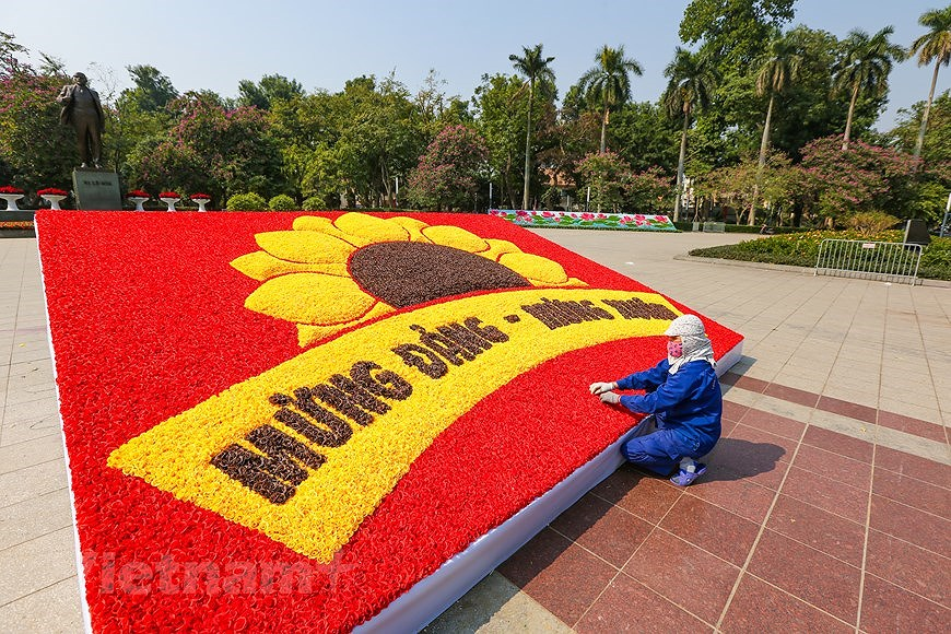 """Hanoi wears """"new coat"""" to welcome 13th National Party Congress hinh anh 8"""