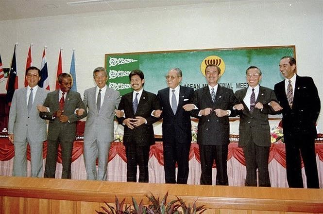 Communist Party leads Vietnam in Doi Moi process hinh anh 14