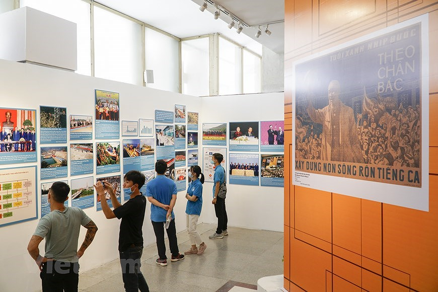 Special exhibition on Vietnam's development path hinh anh 2
