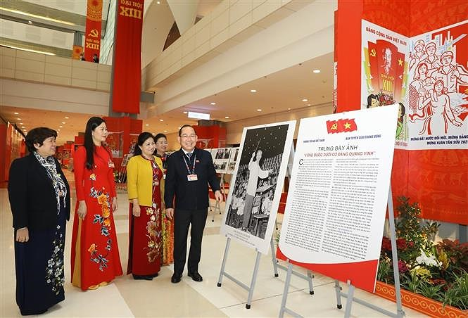 VNA's photo exhibition lures delegates to Congress hinh anh 4