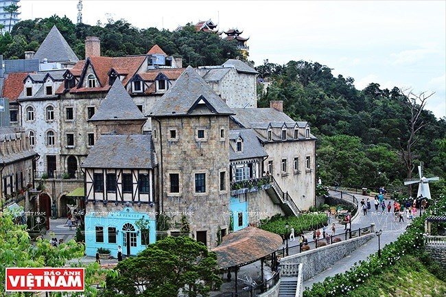 Village in clouds on top of Ba Na hills hinh anh 3