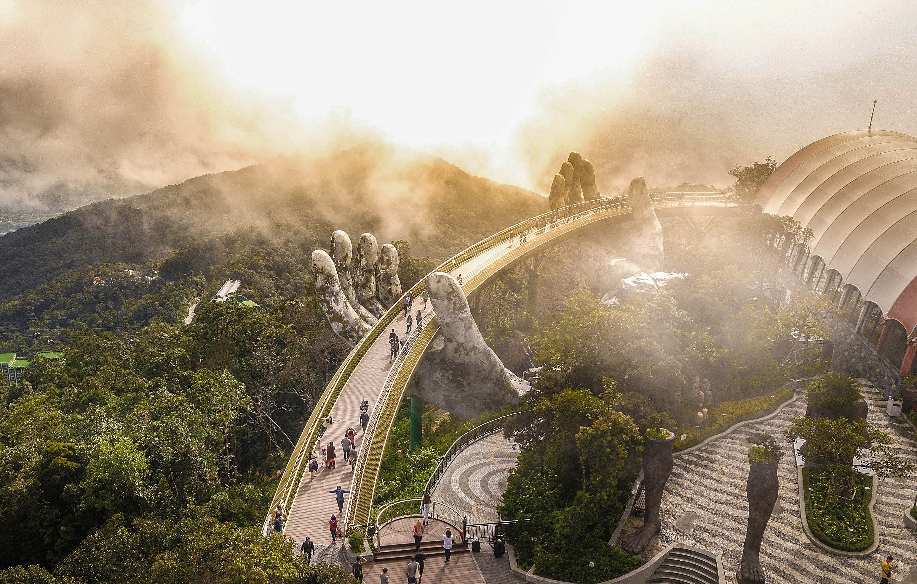 Village in clouds on top of Ba Na hills hinh anh 7