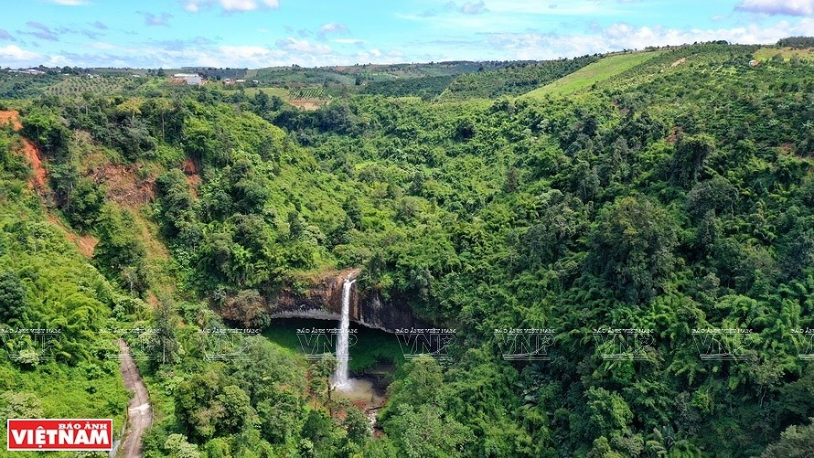 Pristine Lieng Nung waterfall in Dak Nong province hinh anh 1