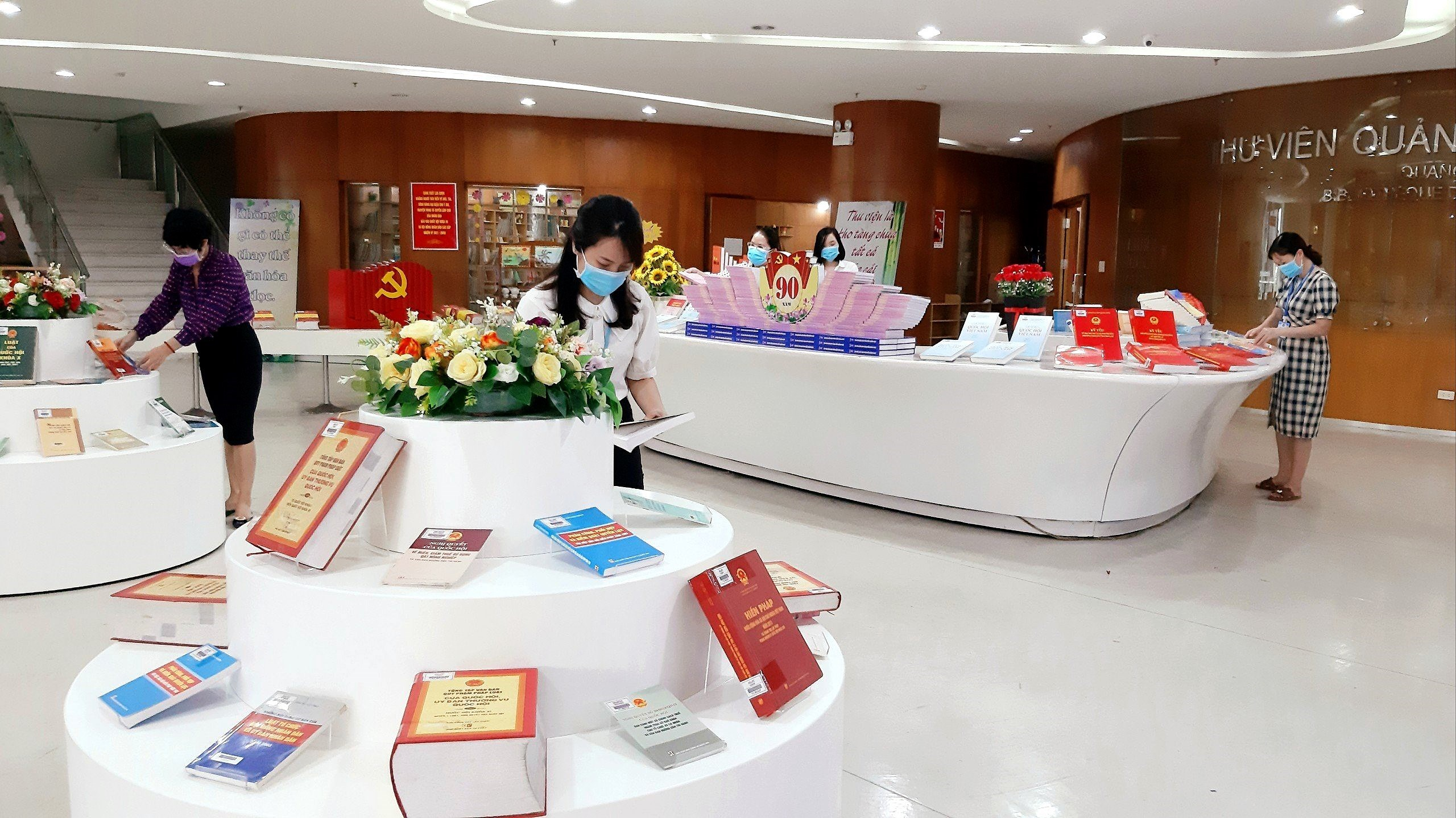 Books on election on display in Quang Ninh province hinh anh 3