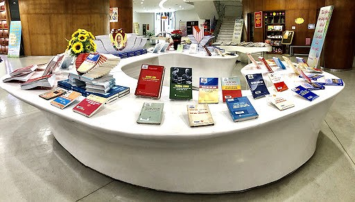 Books on election on display in Quang Ninh province hinh anh 5