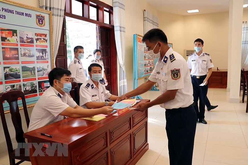 Ba Ria – Vung Tau holds early voting for officers, soldiers on offshore station hinh anh 5
