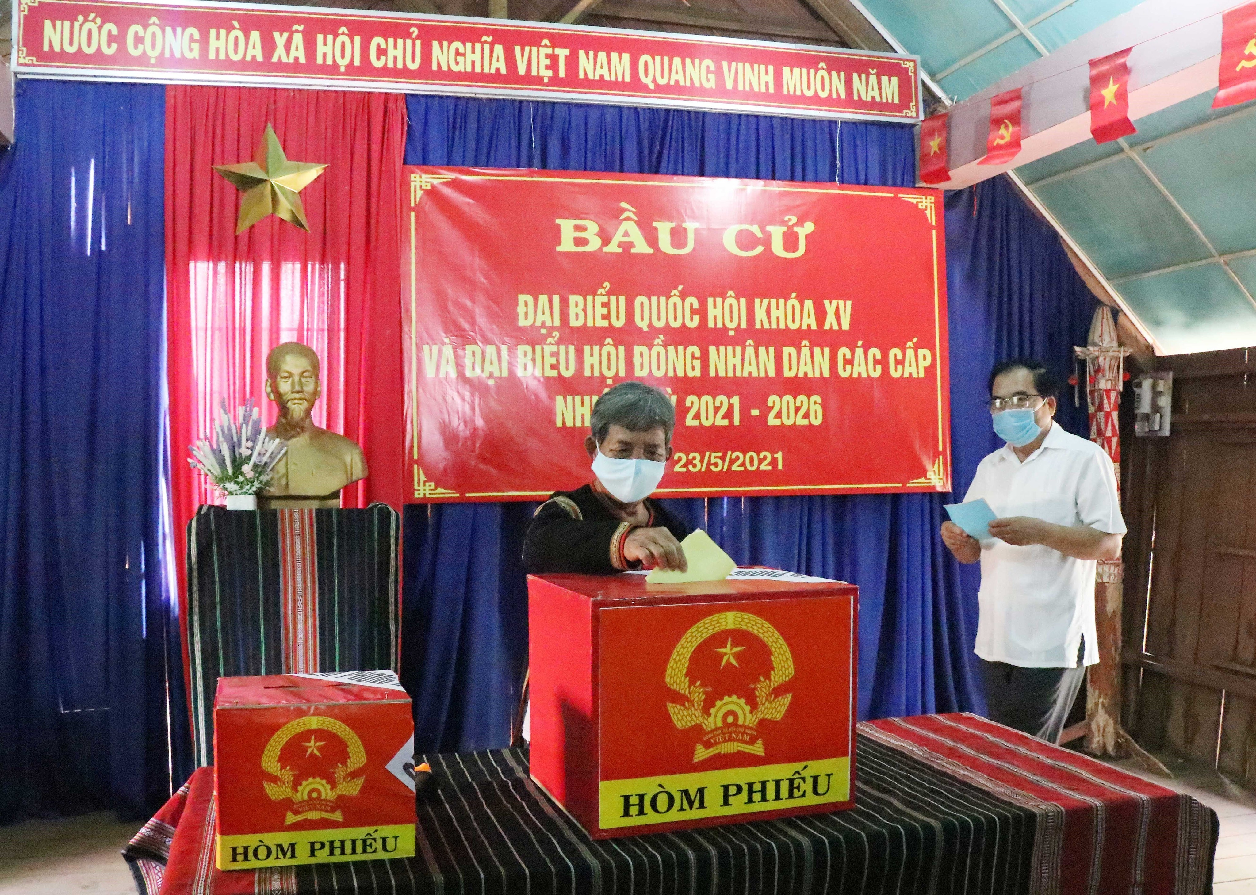 Voters nationwide cast ballots hinh anh 12