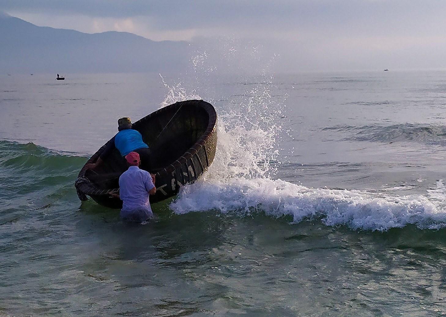 Fishermen pull in nets in Da Nang city hinh anh 3
