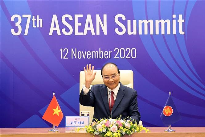 PM chairs 37th ASEAN Summit's plenary session hinh anh 1