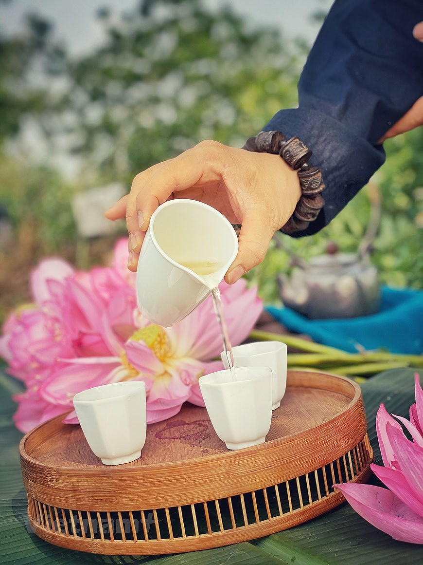 Enjoying lotus scented tea on summer days hinh anh 7