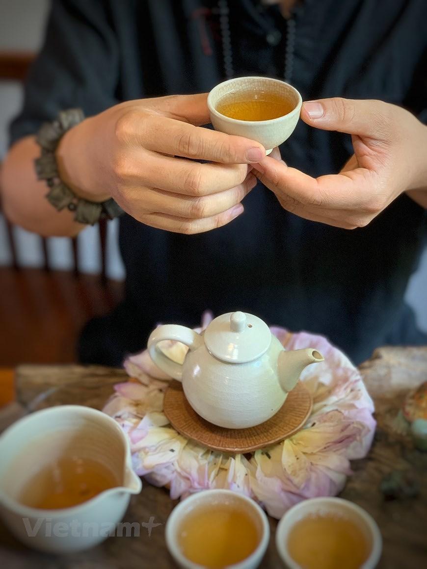 Enjoying lotus scented tea on summer days hinh anh 8