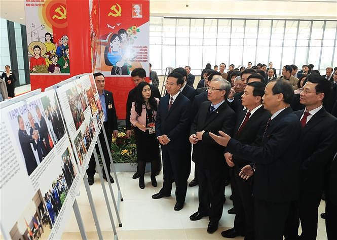 Photo exhibition held to celebrate 13th National Party Congress hinh anh 1