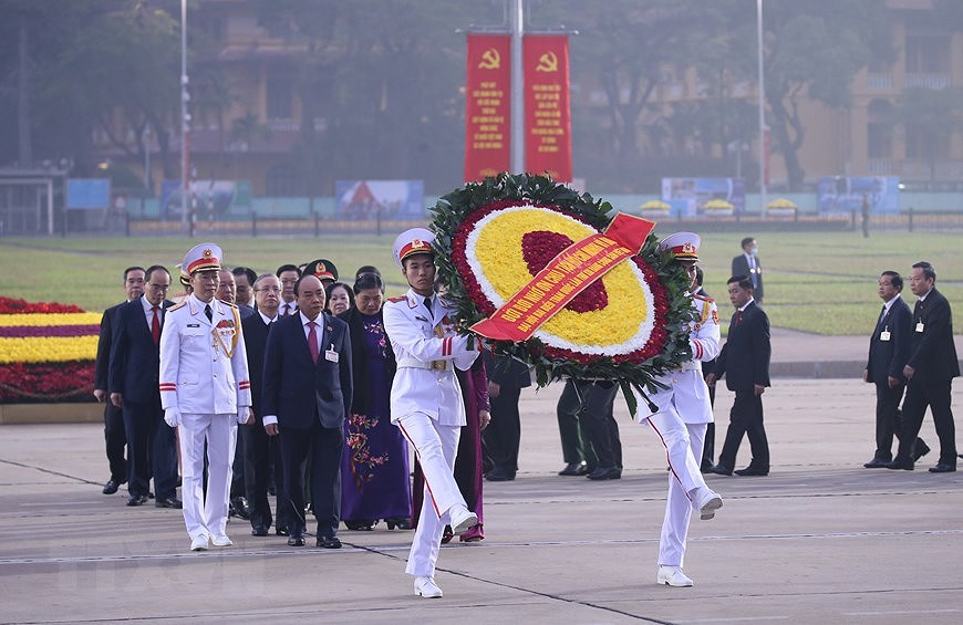 Congress delegates pay tribute to President Ho Chi Minh hinh anh 1