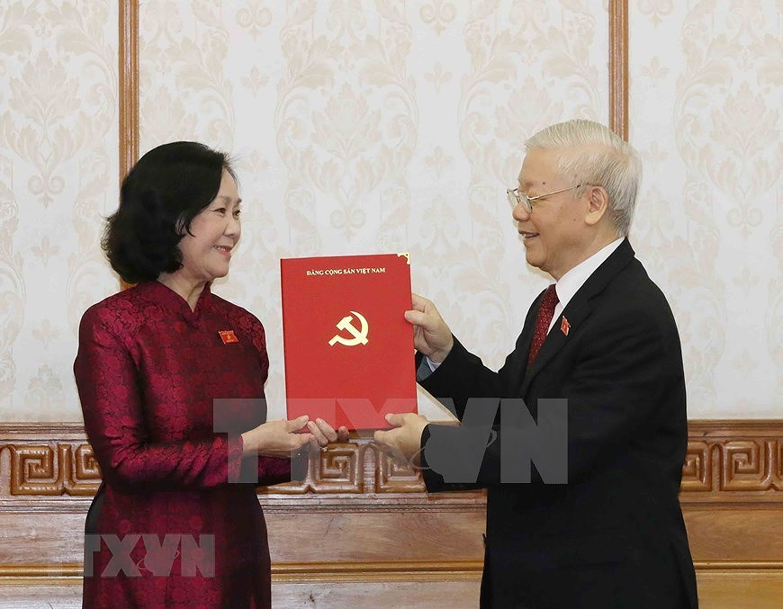 Party leader presents decisions appointing heads of Party Central Committee's commissions hinh anh 1