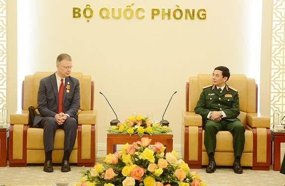Defence Minister receives outgoing US Ambassador hinh anh 1
