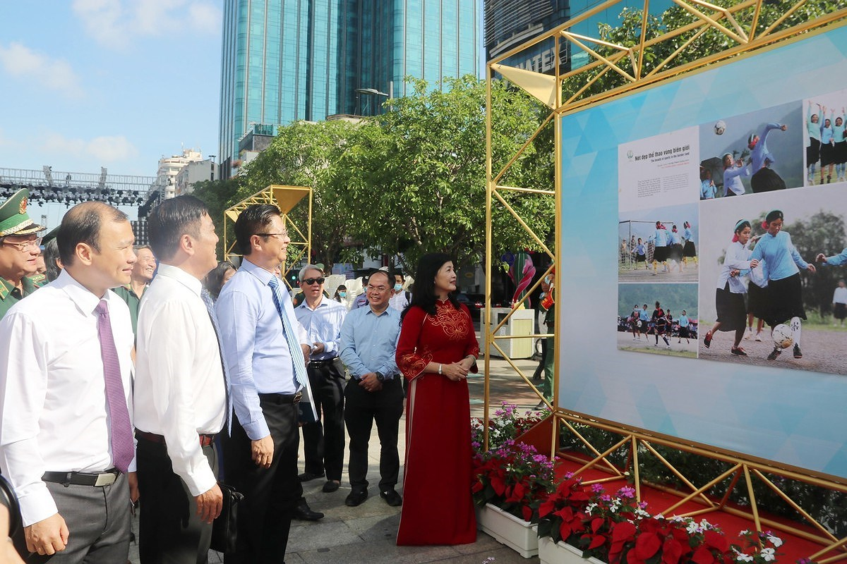 Photo exhibition marks 46th anniversary of National Reunification Day hinh anh 1