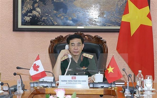 Vietnamese, Canadian defence ministers hold phone talks hinh anh 1