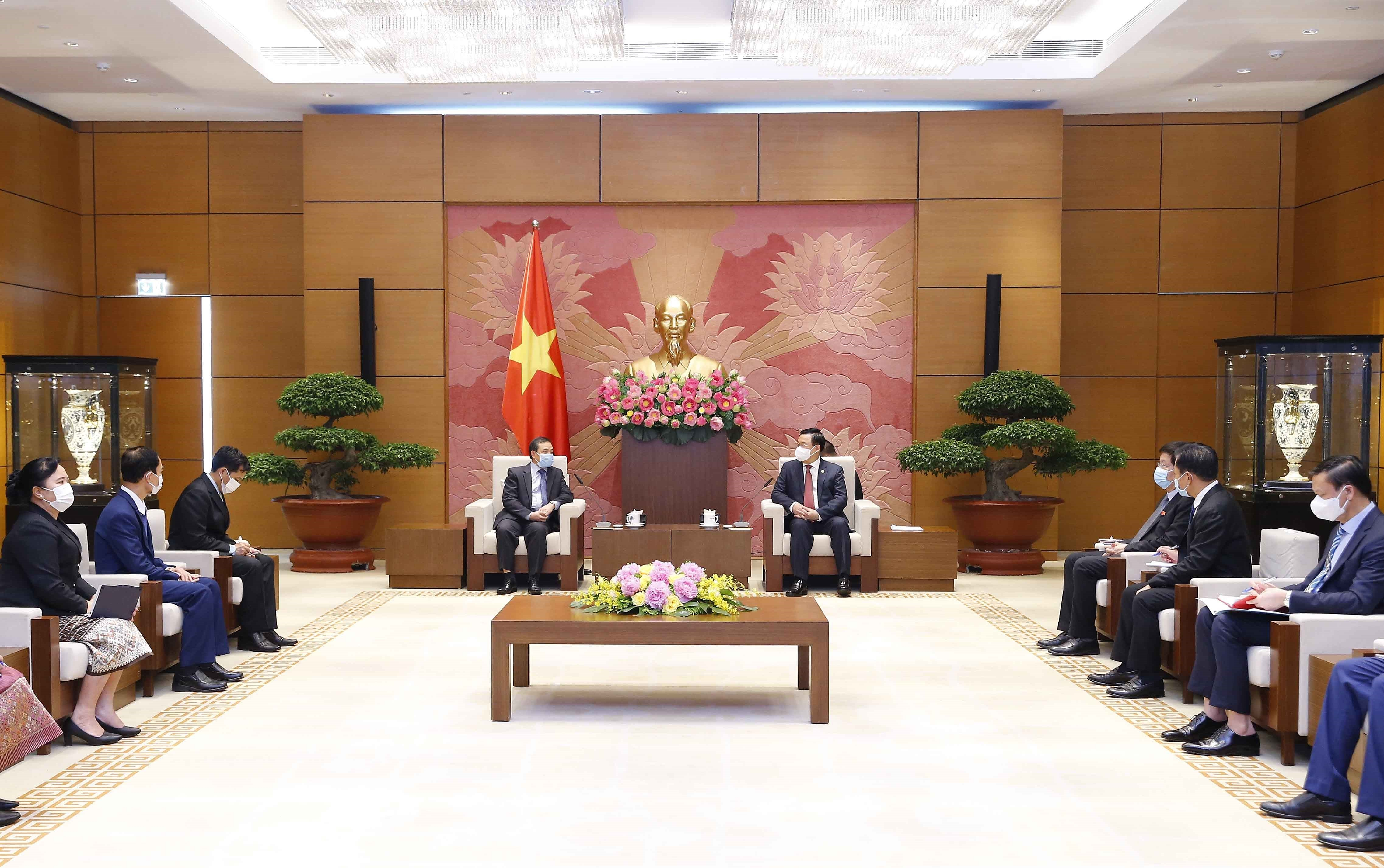 National Assembly Chairman receives Lao Ambassador hinh anh 2