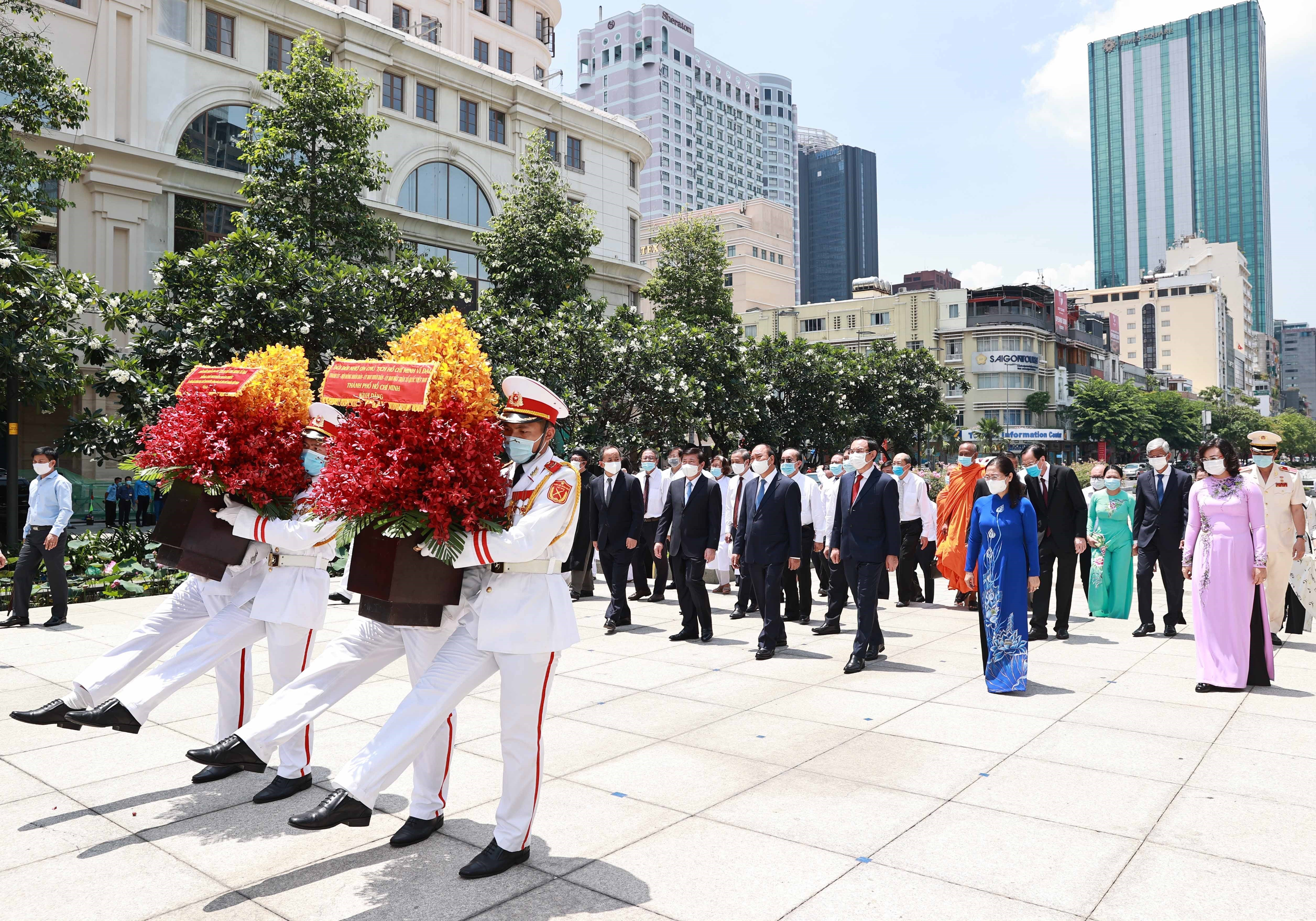State President offers incense in commemoration of President Ho Chi Minh hinh anh 2