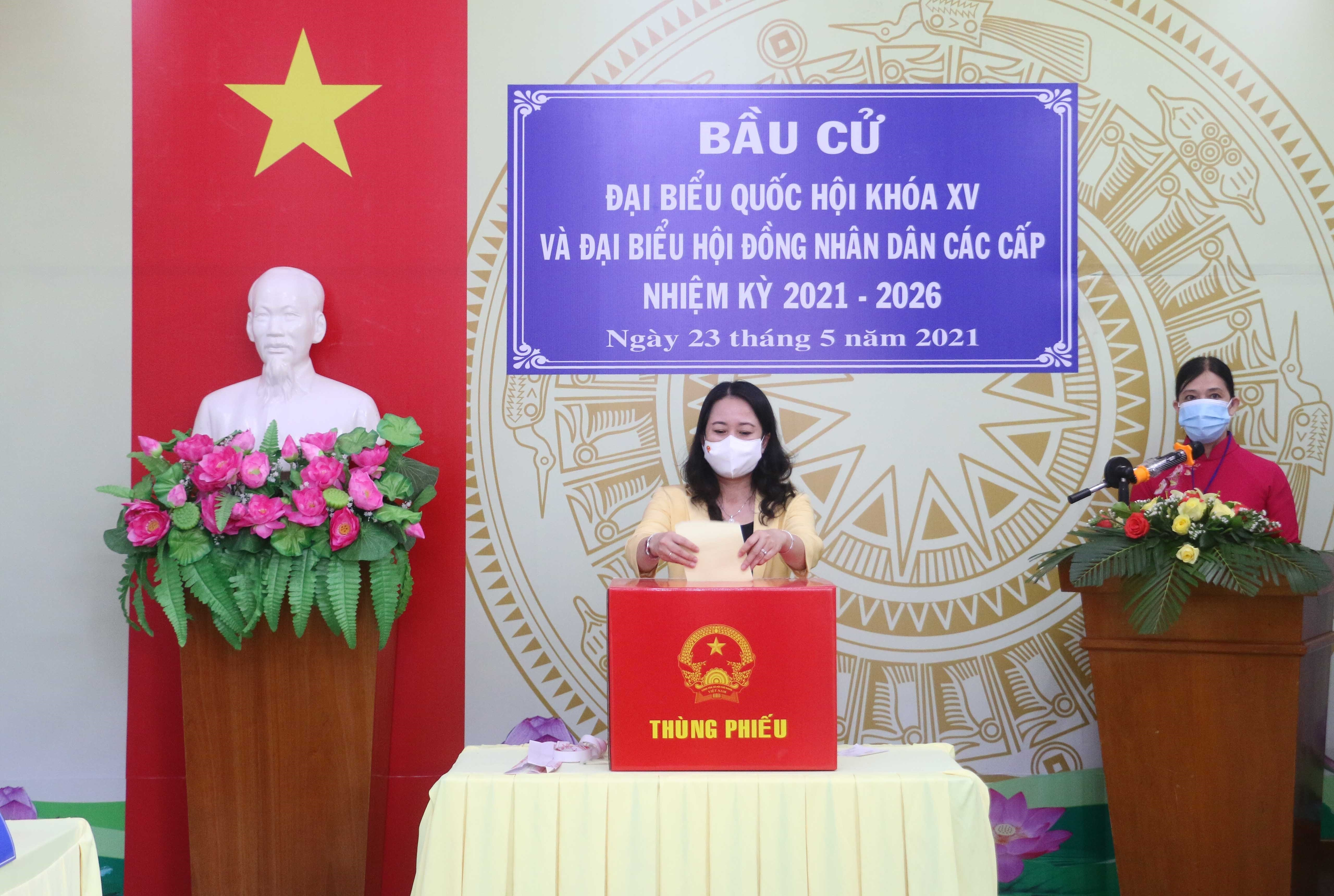 Vice President Vo Thi Anh Xuan goes to the poll in An Giang province hinh anh 1